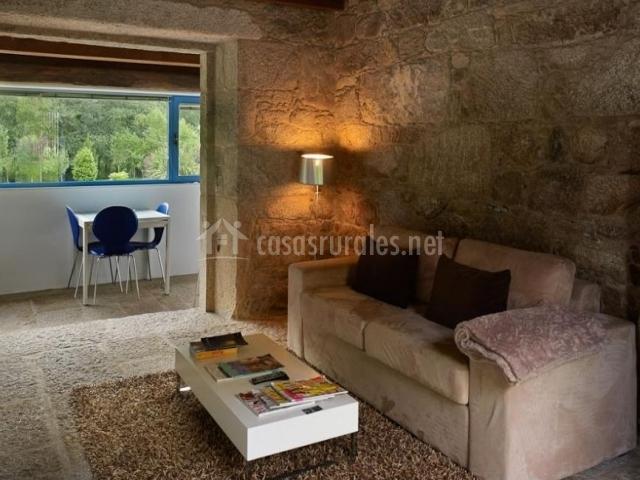 Salón con sofá tapizado