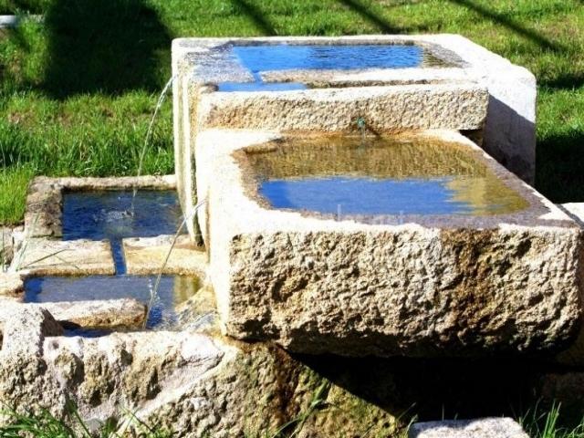 Vistas de la fuente de piedra en el exterior