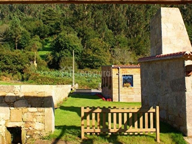 Vistas de los exteriores con valla de madera