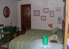 Habitación doble con colchas en color verde