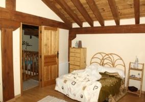 Habitación con armarios amplios
