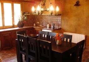 Cocina con mesa de comedor