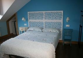 Con pared en azul turquesa