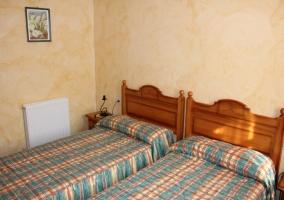 Dos camas en un dormitorio muy juvenil