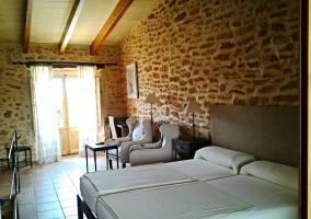 Dormitorio con cama de matrimonio y techo abuhardillado
