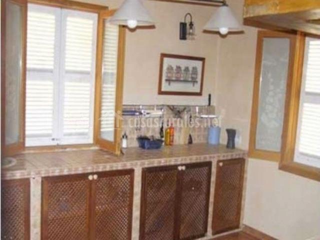 Cocina con encimera y armarios bajos