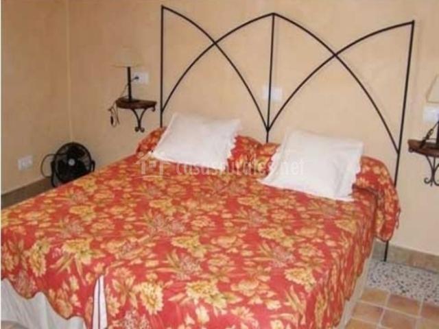 Dormitorio doble con colcha estampada en las camas