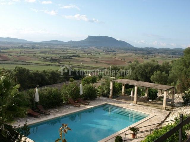 Vista de la piscina y paisajes de alrededor
