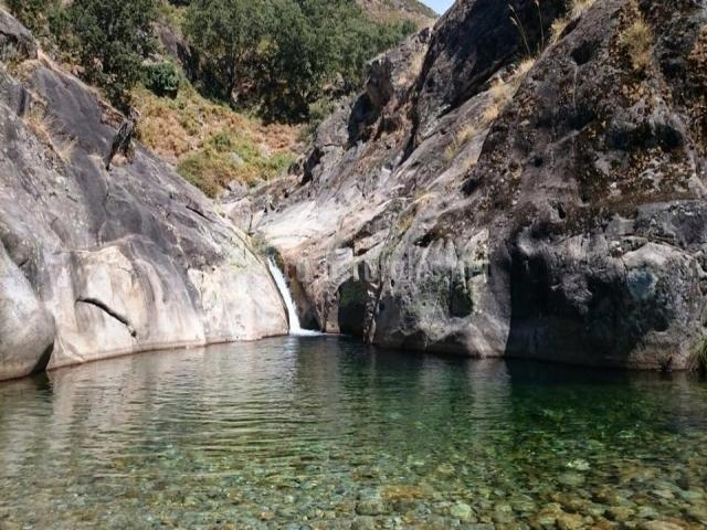 La guarida del oso en candeleda vila for Candeleda piscinas naturales