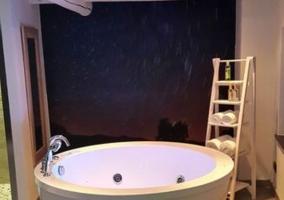 Cuarto de baño con jacuzzi y ducha en dormitorio