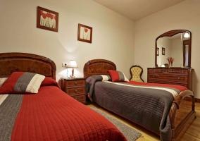Dormitorio doble con cómoda de madera y espejo