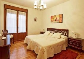 Habitación doble con muebles de madera y balcón