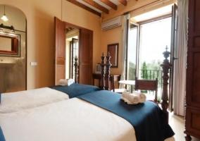 Dormitorio doble bajo vigas de madera