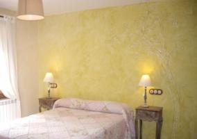 Habitación de matrimonio naranja con cabecero pintado