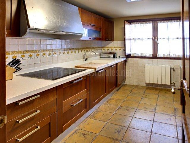 Cueto mazuga apartamento 3 en poo de llanes asturias for Cocina con vitroceramica