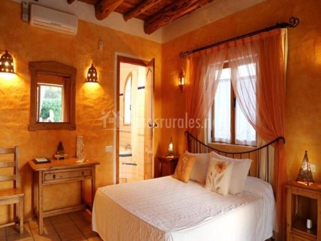 Dormitorio con paredes naranjas