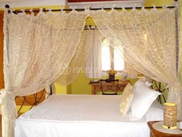 Dormitorio suite con cama blanca