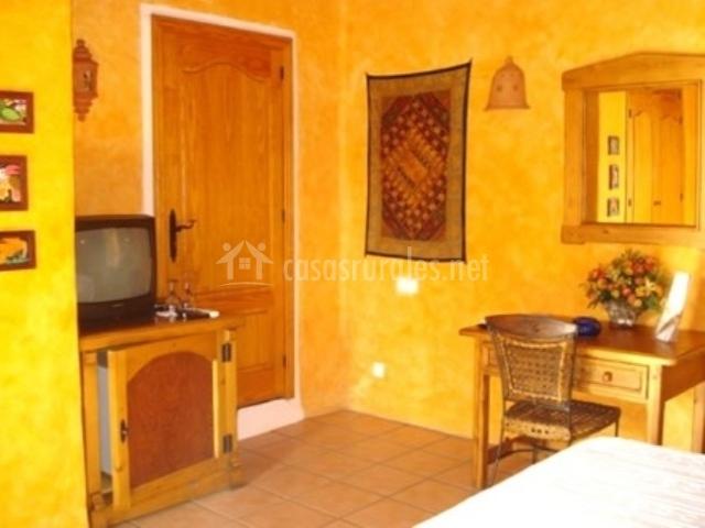 Dormitorio suite con televisor