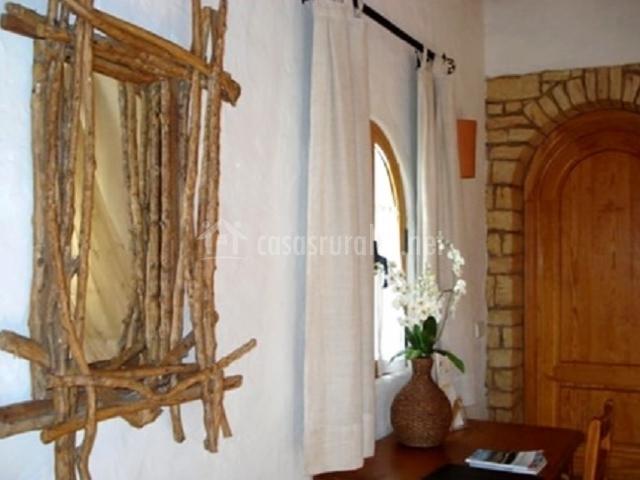 Entrada a la suite superior y espejo con maderas