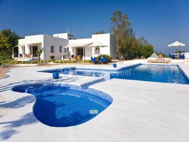 Vista exterior de la casa y piscina