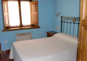 Dormitorio lila con ropa de cama con flores