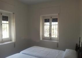 Salón con chimenea y ventanas
