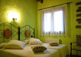 Dormitorio doble con pared naranja