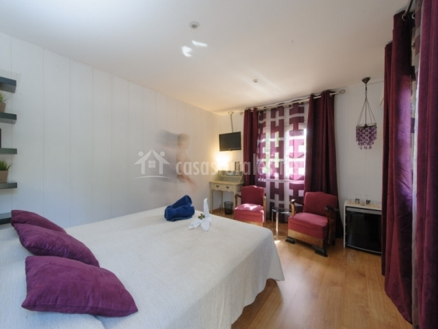 Dormitorio doble especial con cojines morados