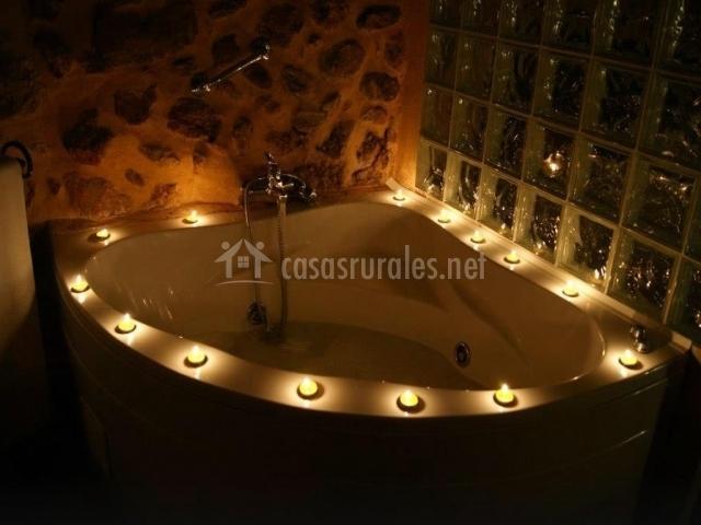 Jacuzzi de suite iluminado por la noche