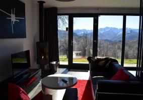 Salón con chimenea y vistas