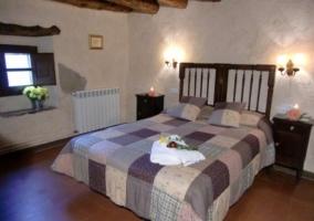 Dormitorio con cama de cónyuge
