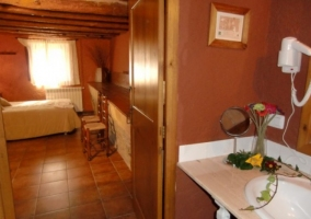 Dormitorio con cama individual y bano