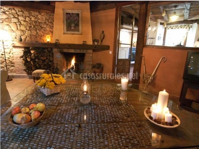 Salón-comedor con chimenea vista desde la mesa