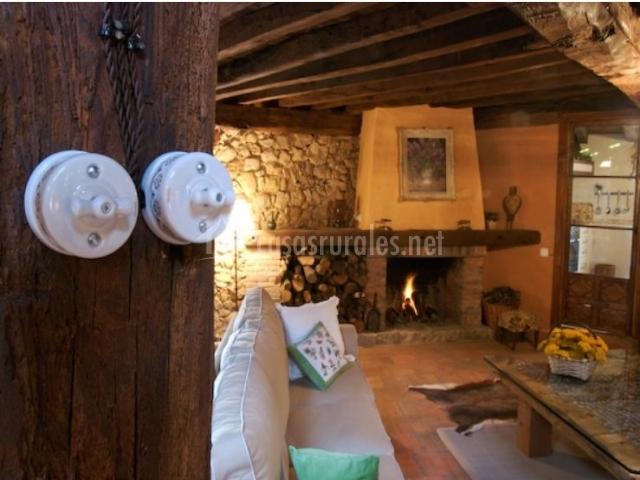 Salón-comedor con chimenea y leña