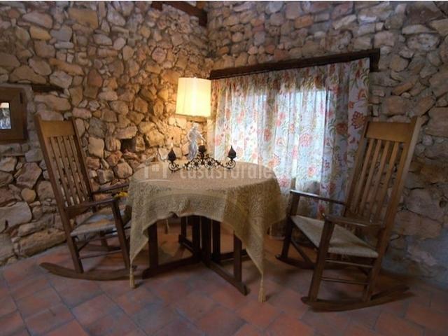 Salón-comedor con mesa y mecedoras