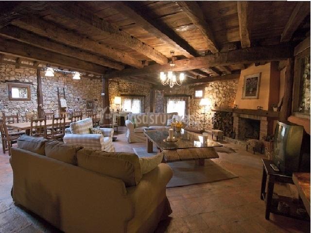 Salón-comedor con sofás y butacas