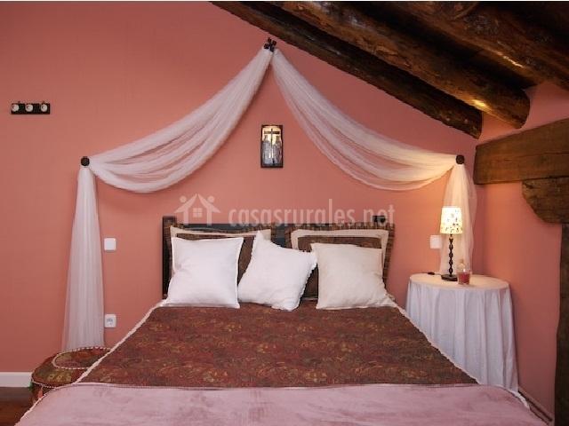 Habitación con cama de matrimonio y mosquitera