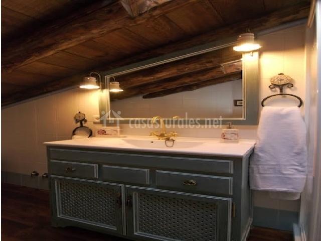 Baño con mueble y espejo