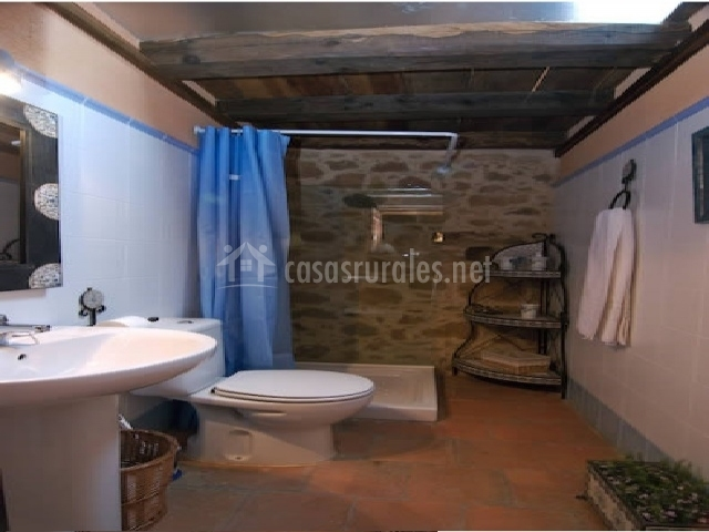 Baño con plato de ducha y cortina