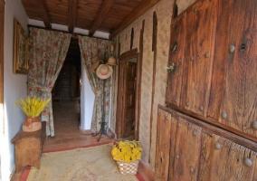 Fachada con puerta de madera