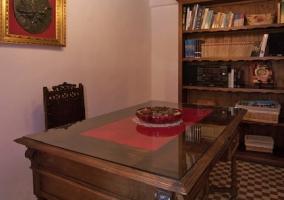 Sala de lectura con librería