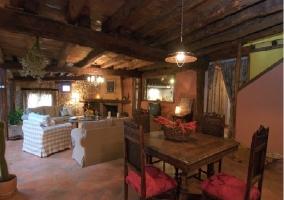 Salón-comedor con techos de madera