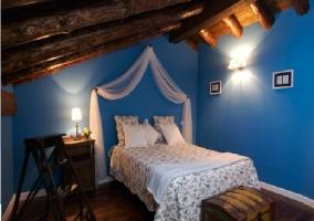 Habitación abohardillada con cama de matrimonio