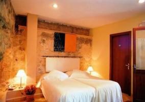 Dormitorio individual con cama de matrimonio