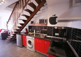 Cocina completa con decoración roja