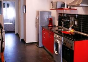 Cocina completa con muebles rojos