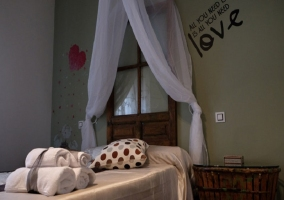 Dormitorio con detalles románticos