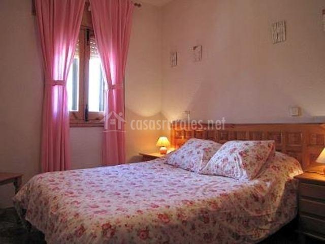 Dormitorio matrimonio con decoración en rosa
