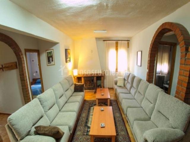 Salón actual con chimenea
