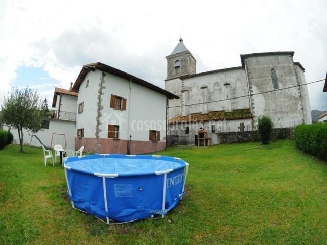 Casa rural intxurea en saldias navarra for Casas rurales con piscina baratas